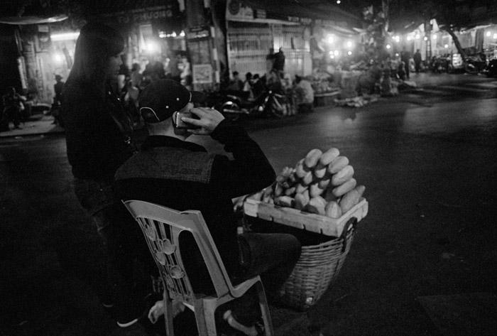 20130411_hanoi_breadseller_tx1600XTOL.jpg