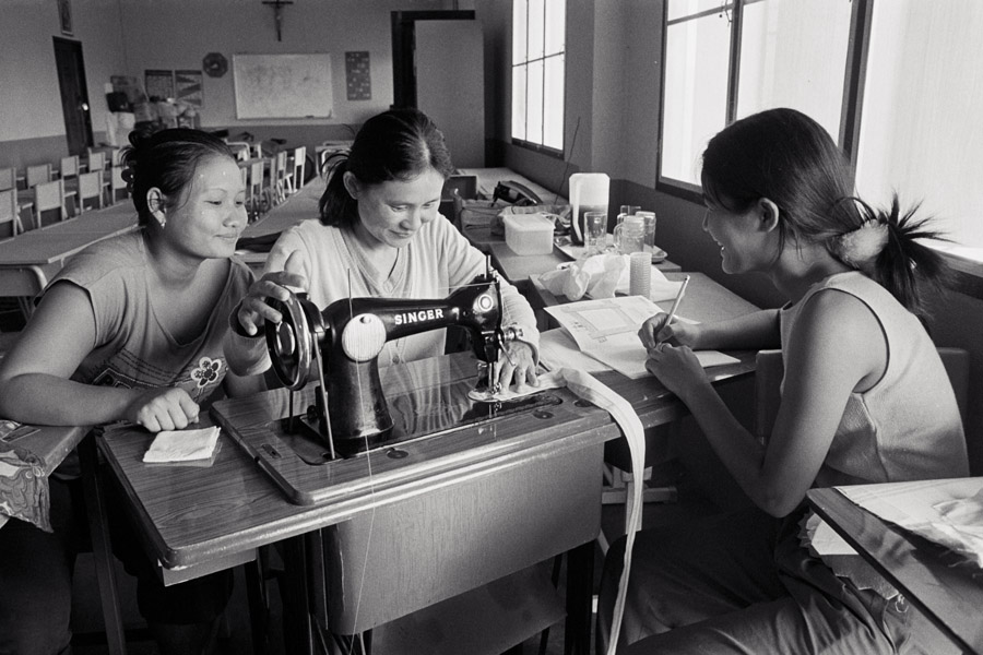 Holy Infant Orphanage: boarding school teachers learn how to make bags from a sewing trainer. They intend to pass the skills on to interested students later.
